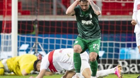 Augsburgs Marco Richter reagiert auf eine vergebene Chance.