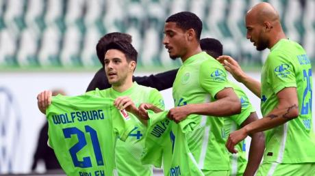 Wolfsburgs Josip Brekalo (l) bejubelt sein Tor zum 1:0 mit einem Trikot von Bartosz Bialek.