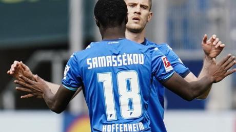 Hoffenheims Andrej Kramaric (r) jubelt mit Mannschaftskamerad Diadie Samassekou über sein Tor zum 1:2-Anschluss.