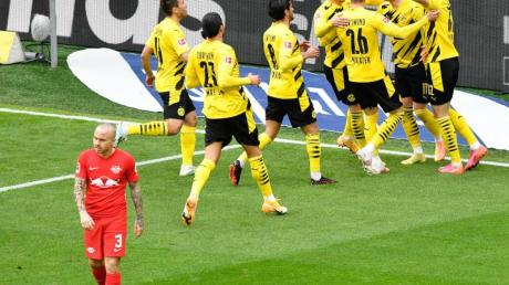 Dortmunds Spieler jubeln nach dem Tor zum 1:0 gegen RBLeipzig.