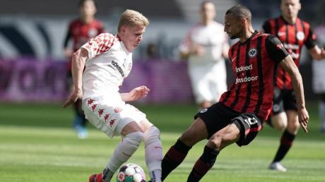 Der Mainzer Jonathan Burkhardt (l) und der Frankfurter Djibril Sow kämpfen resolut um den Ball.