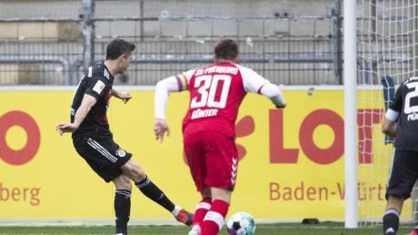 Robert Lewandowski (l) erzielte per Strafstoß sein 40. Saisontor.