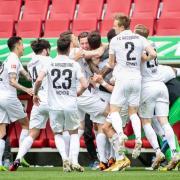 Der FC Augsburg bejubelt den Treffer von Rani Khedira (M).