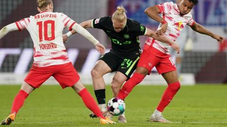 Wolfsburgs Xaver Schlager (M) im Zweikampf mit den Leipzigern Christopher Nkunku (r) und Emil Forsberg.