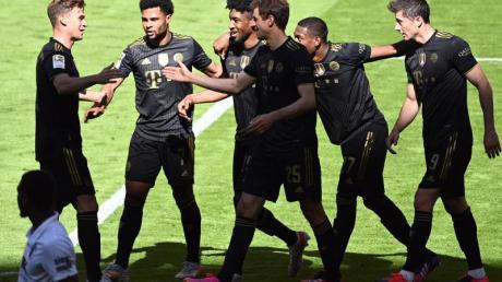Bayerns Kingsley Coman (M) bejubelt sein Tor zum 4:0 mit seinen Mannschaftskollegen.