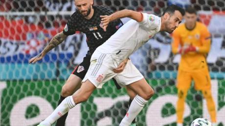 Wie lange genau er noch für Spanien spielen will, ließ er offen: Sergio Busquets (r) bei der EM in Aktion.