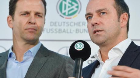 DFB-Direktor Oliver Bierhoff erhofft sich von Bundestrainer Hansi Flick (r) einen neuen Teamgeist.