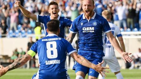 Der Karlsruher Philipp Hofmann (r) bejubelt seinen Treffer zum 1:0 gegen Darmstadt 98 mit Jerome Gondorf (8).