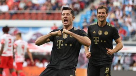 Robert Lewandowski (M) brachte die Bayern per Elfmeter in Führung.