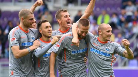 Die Spieler vom SC Paderborn feiern das 4:0 gegen Aue.