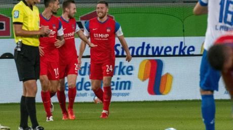 Tobias Mohr (3.v.l.) brachte Heidenheim per Elfmeter in Führung.