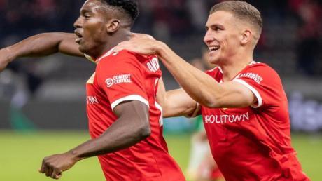 Berlins Taiwo Awoniyi (l) jubelt nach seinem 3:0 Treffer mit Teamkollegen Grischa Prömel.