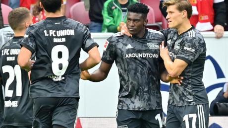 Die Mannschaft des 1. FCUnion bejubelt das 1:1 von Taiwo Awoniyi (2.v.r). Kurz darauf legt der Stürmer zur Berliner Führung nach.