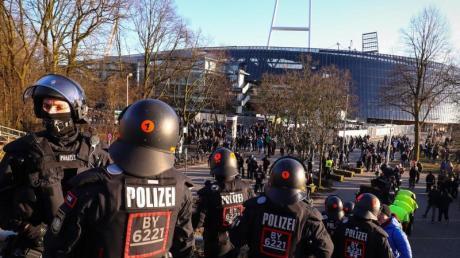 Hochrisikospiele führen erfahrungsgemäß zu einem Mehraufwand: Polizeikräfte sichern den Eingang zum Gästeblock am Weserstadion.