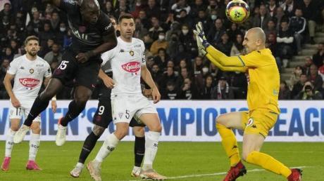 Paris Danilo Pereira (vorne l) trifft zum 1:1.