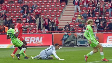 Wolfsburgs Verteidigung kann das Gegentor durch Unions Taiwo Awoniyi (2.v.l.) nicht verhindern.