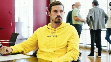 Saarbrückens Spieler Dennis Erdmann sitzt im Verhandlungssaal des DFB-Sportgerichts.