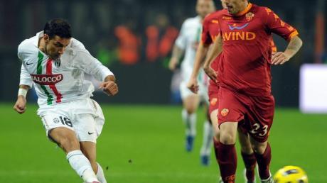 Roms Greco Leandro (r) kann den Pass von Juves Fabio Quaglirella nicht verhindern.