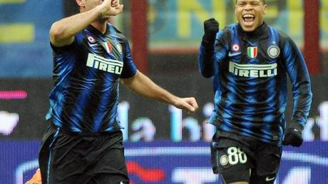 Inter Mailands Dejan Stankovic (l) und Jonathan Biabiany bejubeln den Sieg.