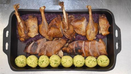So muss der Gänsebraten aussehen: die tranchierte Gans im Kar, dazu Kartoffelknödel und Blaukraut.