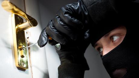 Ein noch unbekannter Täter versuchte in ein Einfamilienhaus in Auhausen einzubrechen.