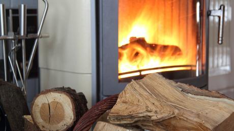 Ein 79-Jähriger hat beim Anheizen seines Kachelofens einen Zimmerbrand verursacht.