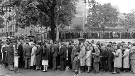 Das Symbol für den Wiederaufstieg: 1948 wurden die Renten-, Reichs- und Militärmark durch die Deutsche Mark abgelöst. Lange Schlangen bildeten sich vor den Ausgabestellen.