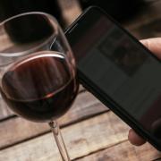Wein zu verkosten, ist für viele Bürger ein beliebtes Hobby. Da das Coronavirus das Treffen vor Ort verhindert, sind im Internet jetzt neue Formate entstanden.