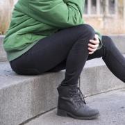 Auf einer kalten Treppe zu sitzen, ist keine gute Idee. Kühlt der Unterleib aus, haben Bakterien leichtes Spiel. So kann eine Blasenentzündung entstehen.