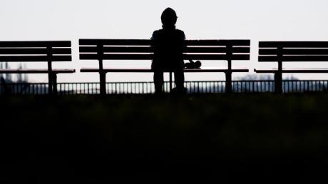 Psychiater Manfred Spitzer ist sich sicher:Einsame Menschen erkranken häufiger als an andere an Krebs, Depressionen oder Demenz. Foto: Julian Stratenschulte
