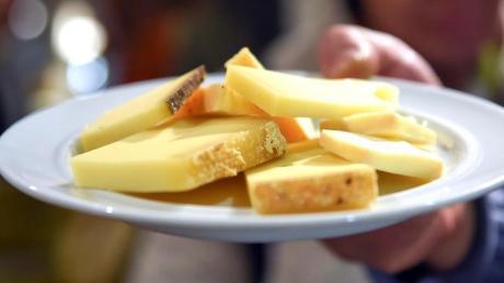 Wegen Listerien in Produkten hat ein fränkischer Lebensmittelgroßhändler zwei Käsesorten aus Frankreich zurückgerufen.