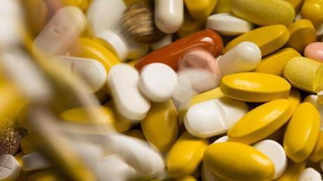 """Schmerzmittel - ob in Tablettenform oder via Infusion - sind ein heikles Thema. Viele Eltern wollen ihre Kinder schonen: """"Geht es nicht auch ohne?"""" Ein Arztvortrag klärt auf."""