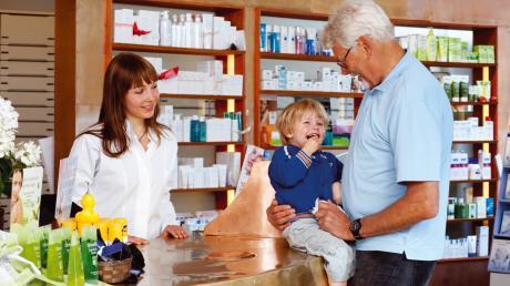 Viele Apotheken haben ihr Sortiment um Arzneimittel aus der Naturheilkunde erweitert -darunter auch homöopathische, die besonders häufig bei Kindern eingesetzt werden. Eine gute Beratung gehört hier auch zum Service.