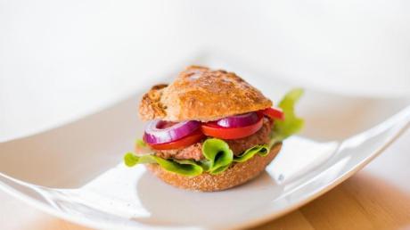 Immer mehr Fleischersatzprodukte kommen auf den deutschen Markt. Sie bestehen unter anderem aus Getreide, Soja, Pilzen, Bohnen, Erbsen oder auch der Jackfrucht. Foto: Andreas Arnold