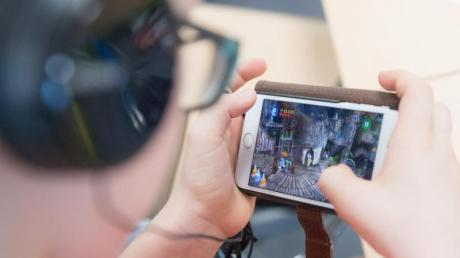 Weniger Bewegung und mehr Zeit an Bildschirmen mache mehr Menschen kurzsichtig, schreibt die WHO zum Welttag des Sehens. Foto: Sebastian Kahnert/zb/dpa