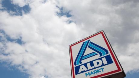Das Aldi-Nord-Logo ist vor einem bewölkten Himmel zu sehen.