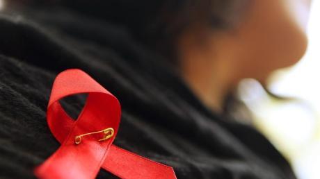 Es gibt weniger HIV-Infektionen. Allerdings wird Aids bei Frauen oft erst sehr spät erkannt.