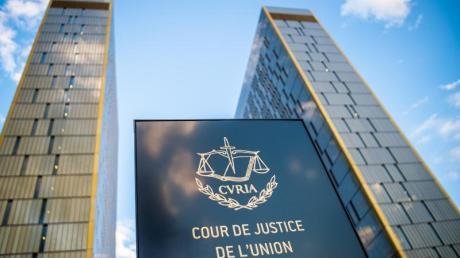 Vor den Bürotürmen des Europäischen Gerichtshofs mit der Aufschrift «Cour de Justice de l'union Européene» im Europaviertel auf dem Kirchberg.