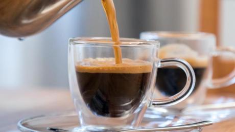 Viele Menschen genießen morgens gerne einen Espresso.