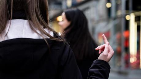 Unerwünschter Mittelfinger: Auch Gesten gehören zu den Symptomen des Tourette-Syndroms.