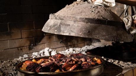 Unter einer gusseisernen Glocke wird der Oktokpus zwei Stunden lang gebacken.