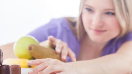 Süßigkeiten oder Obst? Nicht jeder Snack ist automatisch ungesund.