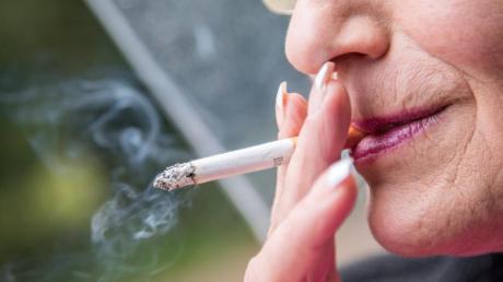 Wem eine Operation bevorsteht, der stellt am besten vier Wochen vorher das Rauchen ein.