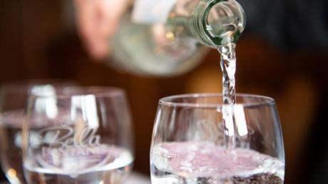 Der Wassersommelier Martin Metzinger schenkt Mineralwasser in ein Glas ein.