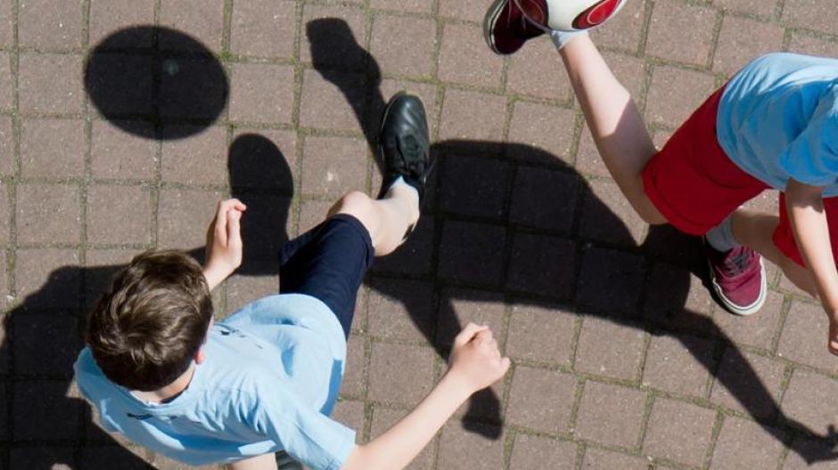 Sport in der Schule ist dann besonders gesund, wenn sich Belastungen und Verschnaufpausen abwechseln - so wie beim Kicken auf dem Schulhof.