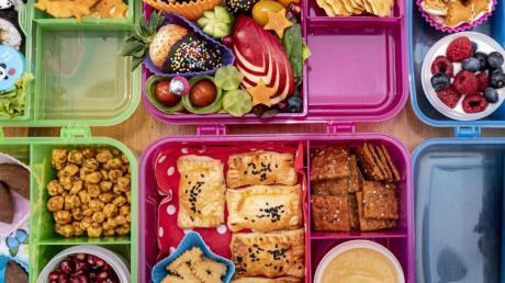 Die japanische Tradition, Essen für unterwegs in Bento-Boxen zu verpacken, hat auch hierzulande immer mehr Fans, die das Essen mitunter aufwendig dekorieren.