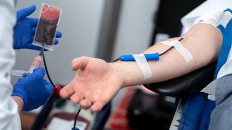 Blutspender sollten sich nicht durch die Corona-Epidemie abschrecken lassen, denn durch den Ausbleib von Spendern werden die Vorräte knapp.