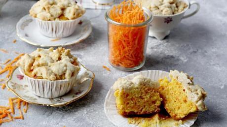 Geriebene Karotten machen den Muffins-Teig nicht nur natürlich bunt, sondern auch saftig.