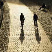 Statt Bus oder Bahn: Das Fahrrad ist in Corona-Zeiten das bessere Fortbewegungsmittel. Auch soziale Kontakte hält man lieber auf zwei Meter Abstand.