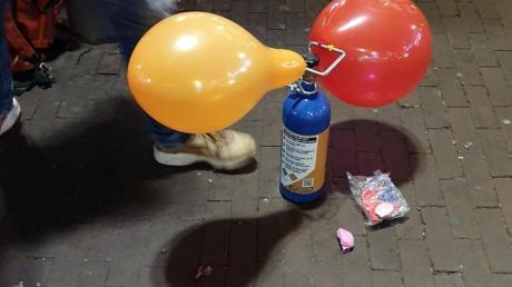 Mancherorts wie am Rembrandtplein in Amsterdam wird Lachgas als Partydroge angeboten. Die Ballons werden an Ort und Stelle aufgeblasen und die Kunden inhalieren auch auf der Straße.